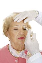 Femme se faisant injecter le front
