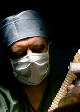 Un anesthésiste endort un patient