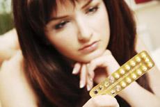 Femme regardant sa plaquette de pilules