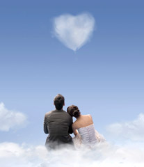 Couple regardant un nuage en forme de coeur